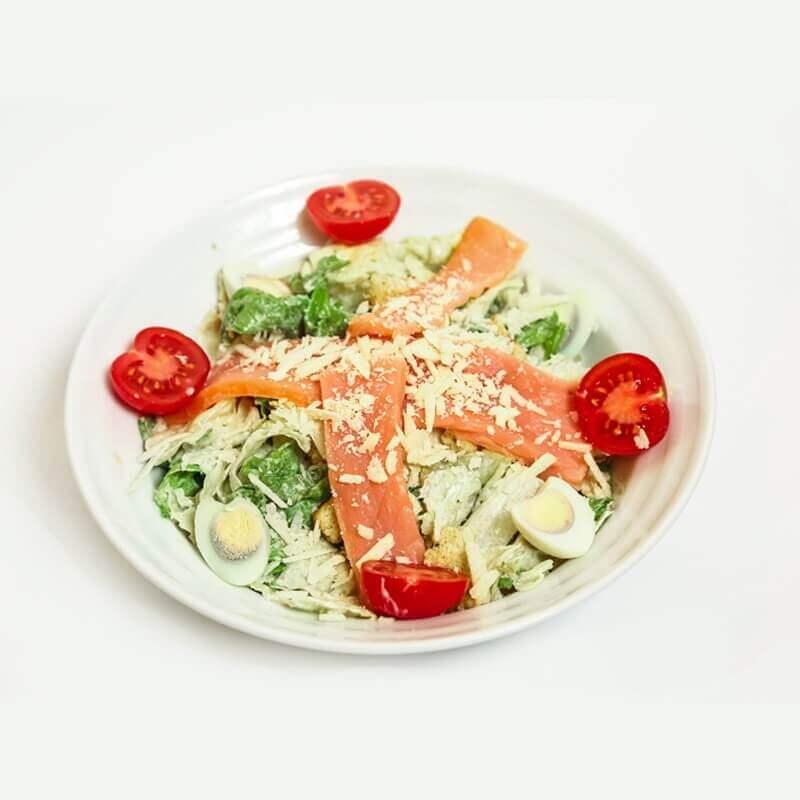 sezar salat with smoked salmon